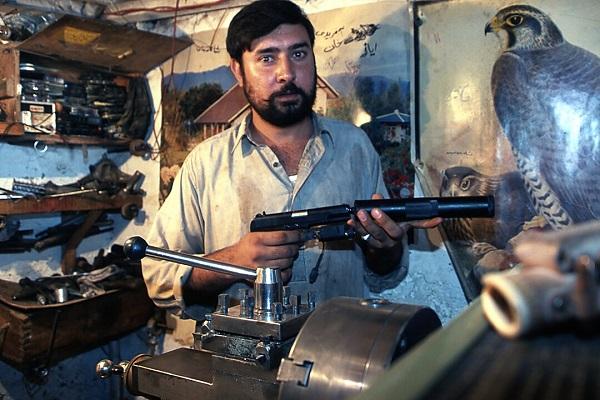 Un artisan parmi bien d'autres à Darra Adam Khel au Pakistan