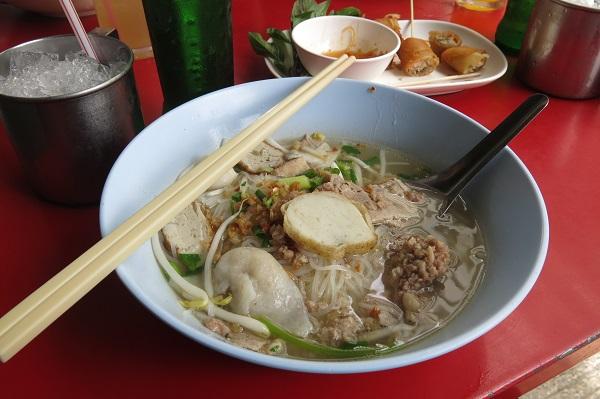 Une soupe aux nouilles mangée dans une ruelle de Bangkok