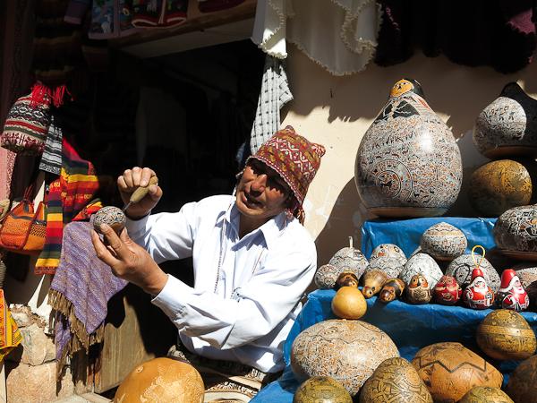 Artisan de la région dans la vallée sacrée du Pérou