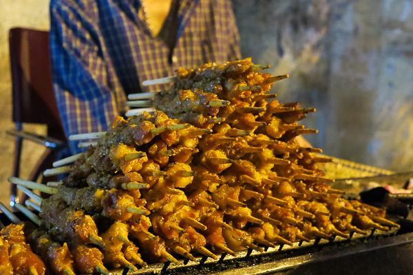 Brochettes sur le grill, un parfait snack sur la go - Back of the bike tours - Ho Chi Minh - Saigon, Vietnam