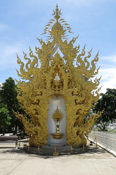Dorures un peu partout sur le terrain du Temple Blanc (White Temple) - Chiang Rai, Thaïlande