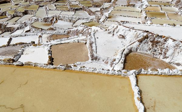 Fascinée par ce sel récolté à flanc de montagne - salines de Maras - Vallée sacrée des Incas, Pérou