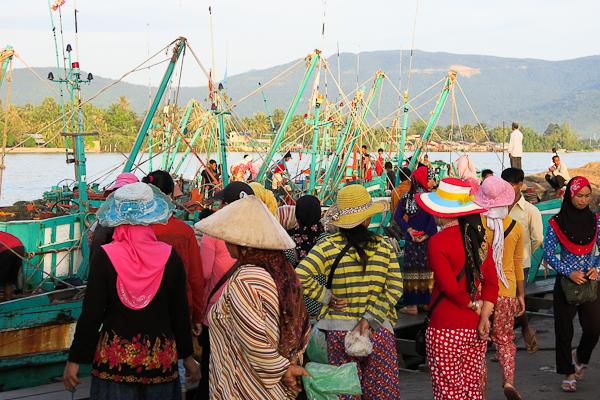 Femmes au marché aux poissons - Kampot, Cambodge