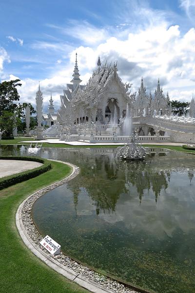 L'étang devant le Temple Blanc (White Temple) - Chiang Rai, Thaïlande