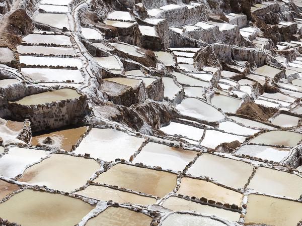 Les alvéoles de sel séchant au soleil - Salines de Maras - Vallée sacrée des Incas, Pérou