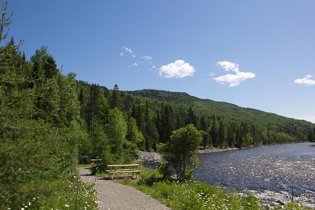 Sentier au bord de la rivière - L'Auberge Gîte du Mont-Albert, Gaspésie