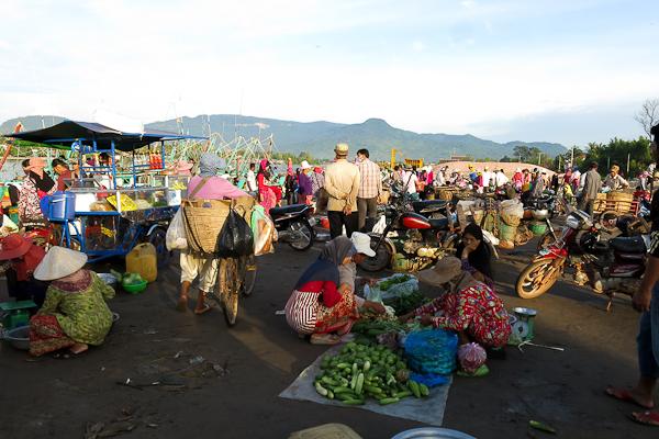 Vente au marché aux poissons - Kampot, Cambodge