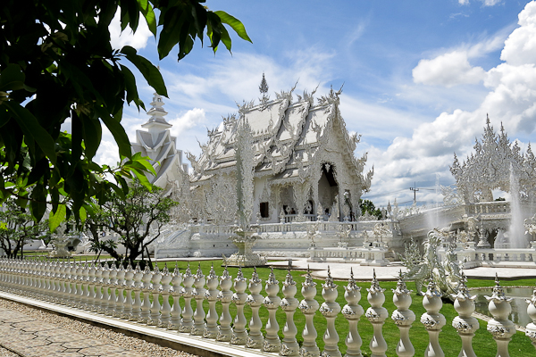 Vue à l'ombre du Temple Blanc (White Temple) - Chiang Rai, Thaïlande