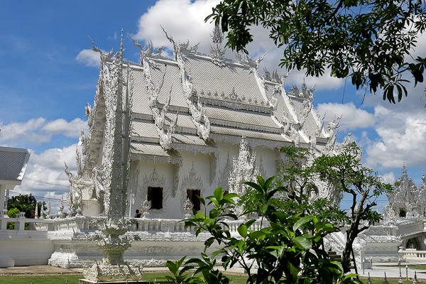 Vue de côté du Temple Blanc (White Temple) - Chiang Rai, Thaïlande