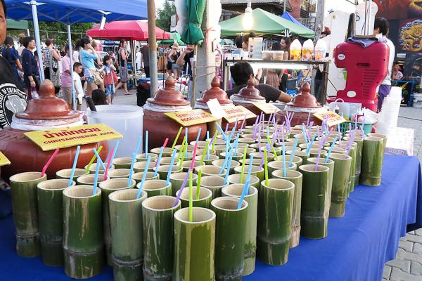Du jus servi dans des bambous