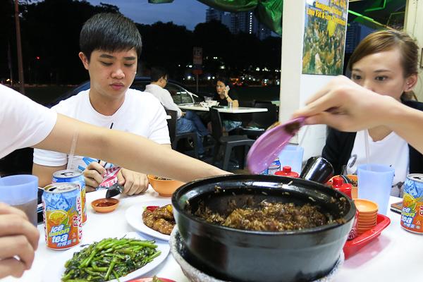 Black Rice - Du riz à la sauce soja noir avec de la viande. Un plat communautaire - Singapour