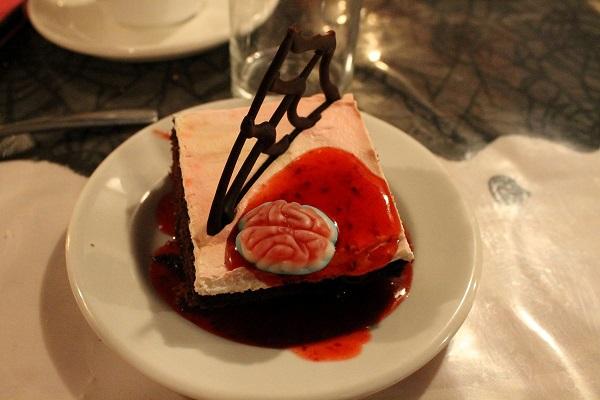 Dessert - Horreur chocolatée, gâteau au chocolat avec coulis de framboises