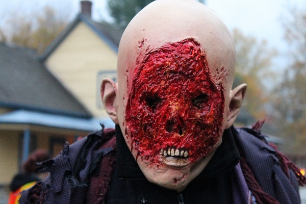 Homme sans visage - L'un des costumes les plus réussis de la soirée. Le comédien suivait silencieusement les visiteurs et les fixait du « regard »