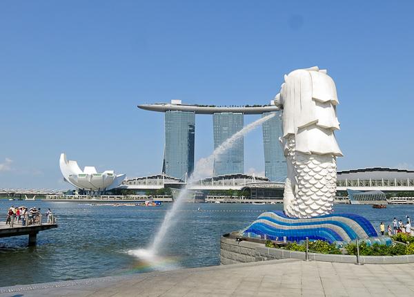 Le Merlion et le Marina Bay Sands sur l'Esplanade - Singapour