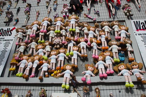 Mur de poupées - Milan, Italie - Art de rue