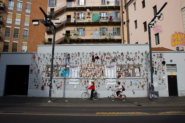 Passants devant le mur de poupées - Milan, Italie - Art de rue