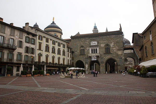 Piazza Vecchia, centre névralgique de Bergamo, Lombardie, Italie