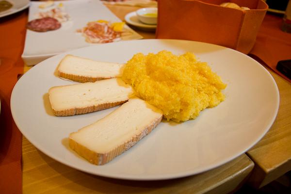 Polenta avec fromage - Bergamo, Lombardie, Italie