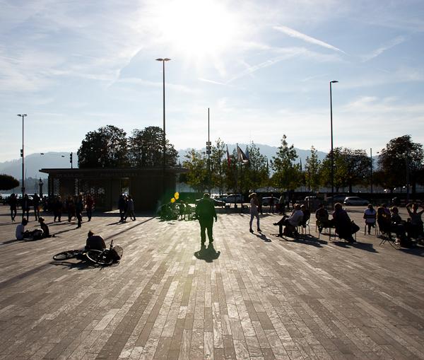 Soleil du dimanche sur la place publique - Zurich, Suisse