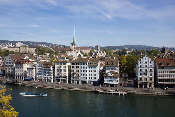 Un petit bateau qui passe dans la basse-ville - Zurich, Suisse