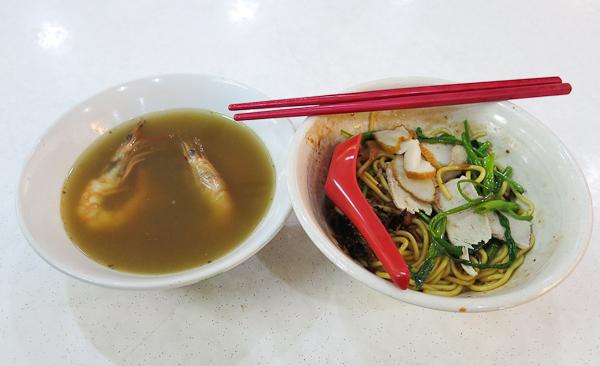 hokkien mee aux crevettes (plat de pâtes revenues dans le bouillon de fruits de mer) - Singapour