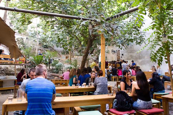 Six Dogs - Un bar avec cour intérieur - Athènes, Grèce