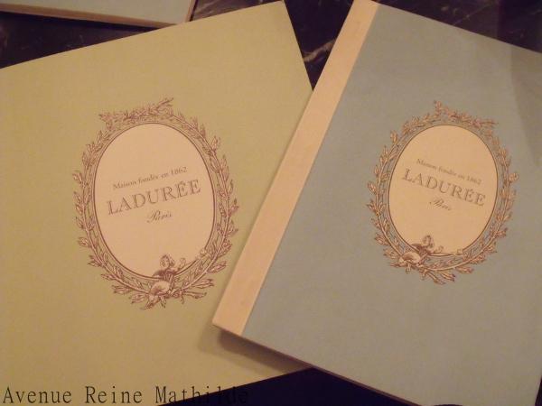 Les menus chez Ladurée, longs, séduisants, et pourtant il faut faire un choix.