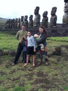 La famille (plus grande!) devant l'ahu Tongariki.