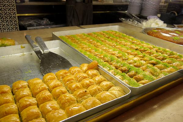 Plateau de baklavas classiques à manger absolument lors d'un voyage en Turquie