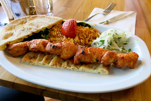 Kebap dans une assiette avec du riz à manger à Constantinople