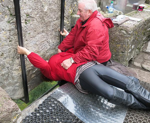 Voilà comment on embrasse la Blarney Stone