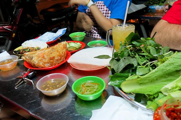 Toujours des herbes sur la table au Vietnam