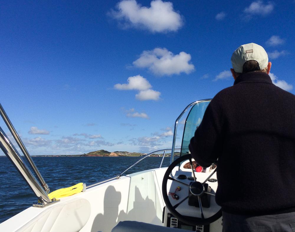 Le capitaine du bateau scrute l'horizon - Îles-de-la-Madeleine