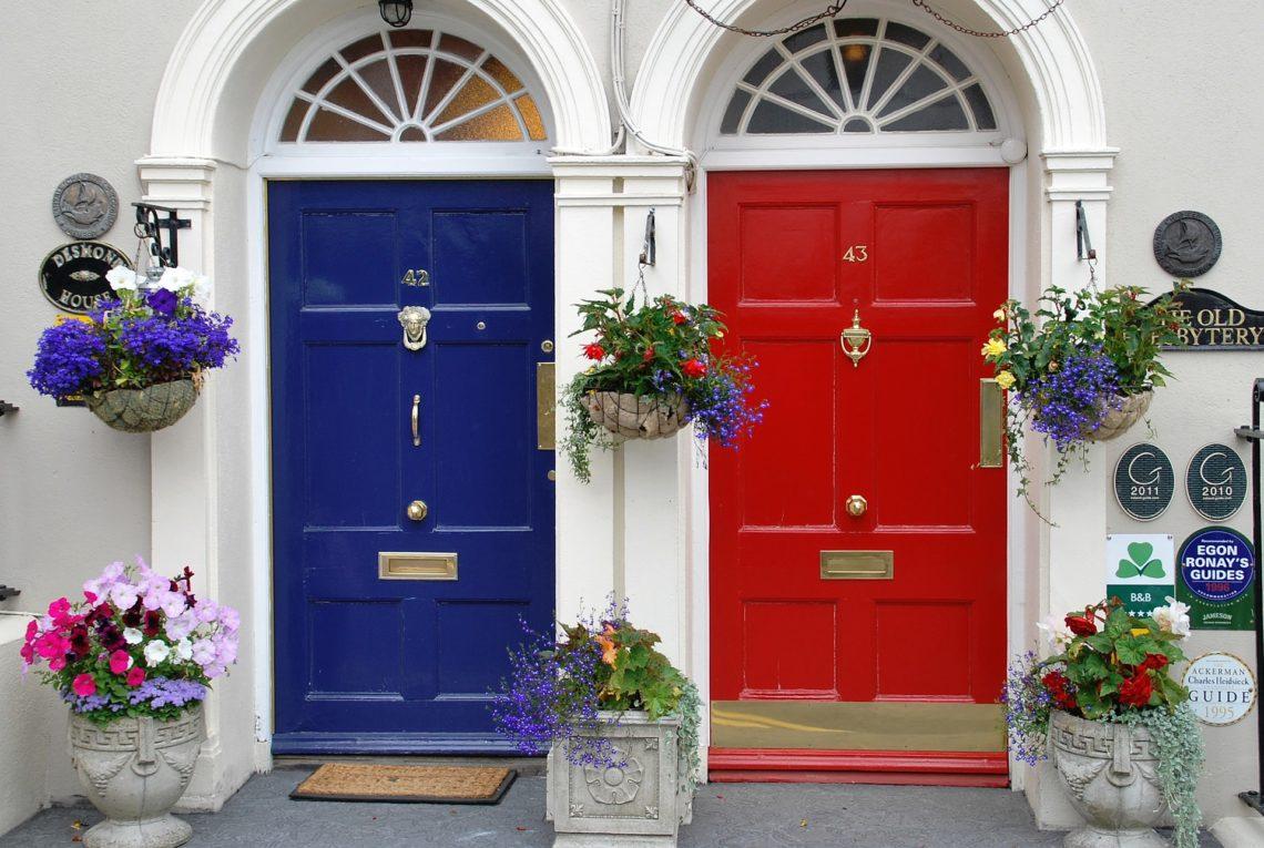 Porte bleue et porte rouge en Irlande - Hjrivas de Pixabay