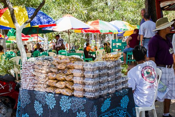 Arachides et desserts en vente au parque central, Granada, Nicaragua