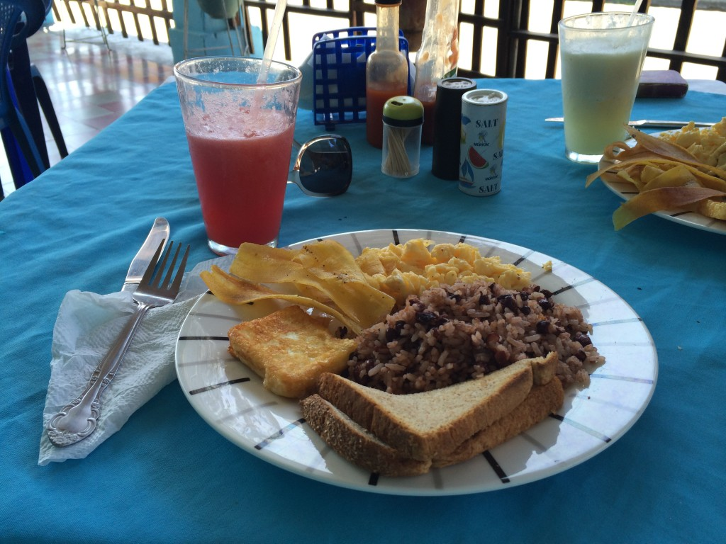Déjeuner typique du Nicaragua à Granada, au Café Isabella
