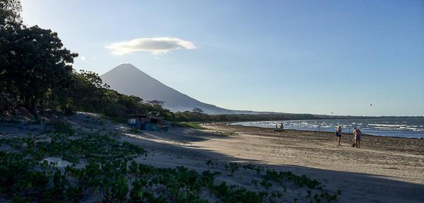 La plage de Santo Domingo et le volcan Concepcion