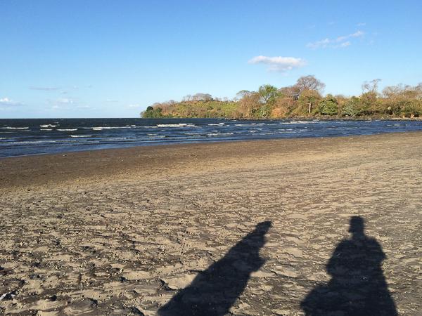 Nos ombres sur la plage de Santo Domingo - Ometepe, Nicaragua