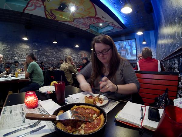 En pleine dégustation - Gino's East, Pizza, Chicago, États-Unis