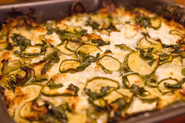 Pita crêtoise - courgettes en fines tranches, de fromage émietté et de feuilles de menthe