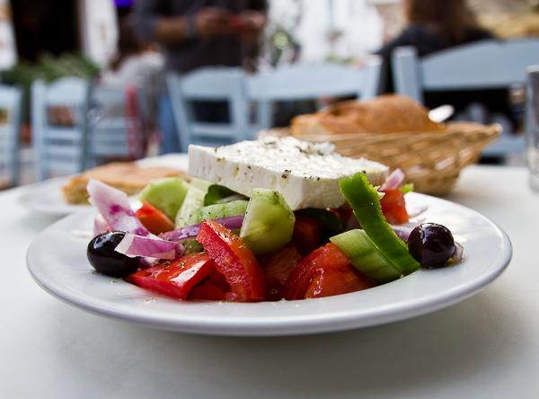 salade grecque, pas juste une attrape-touristes. Il faut en manger en Grèce lors de votre prochain voyage!