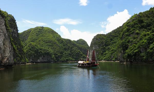 Bâteau dans la baie d'Halong, Vietnam