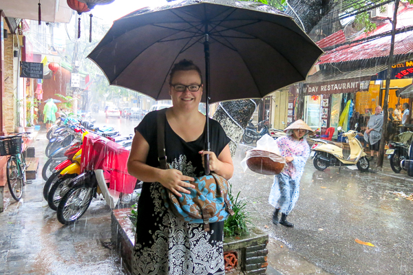 Jennifer sous la pluie de Hanoi, Vietnam