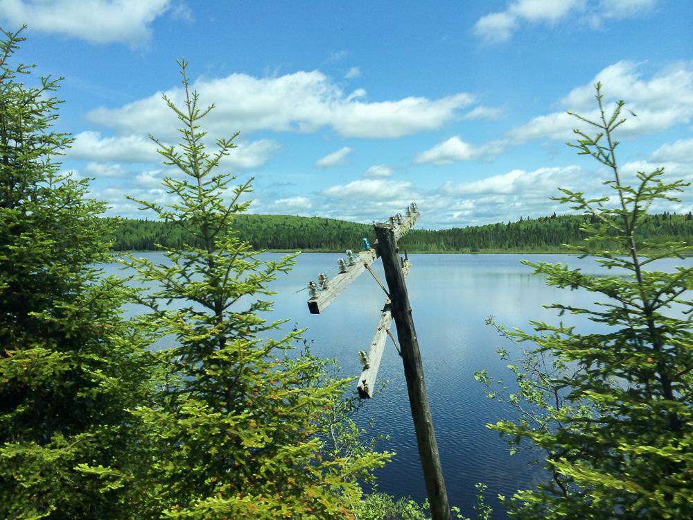 Poteau électrique et lac - Abitibi-Témiscamingue