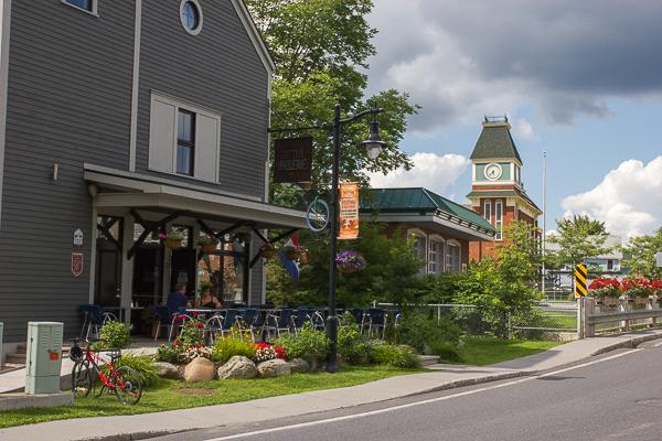 Microbrasserie et hôtel de ville de Sutton - Cantons-de-l'Est - Chemin des Cantons
