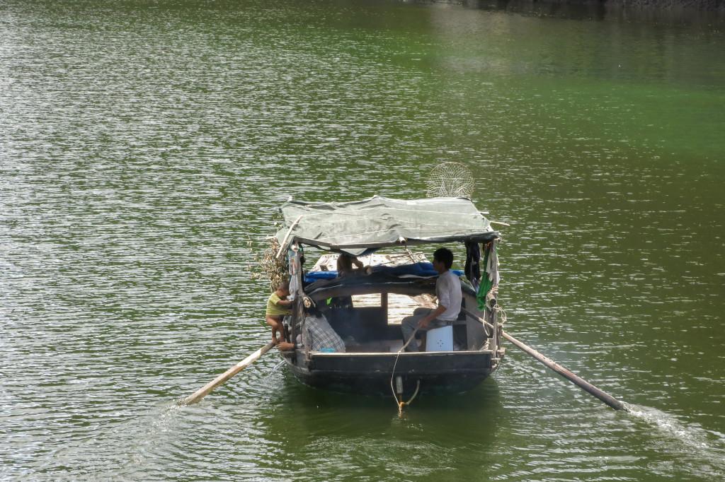 Bébé sur un bateau, baie d'Along Vietnam