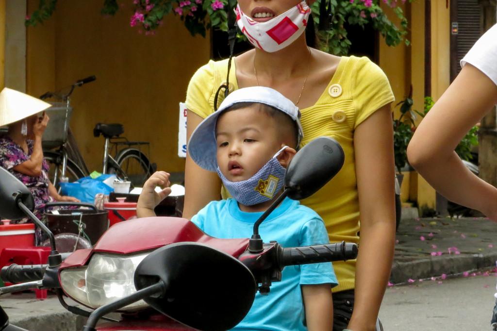 Enfant sur un scooter, Hoi An, Vietnam