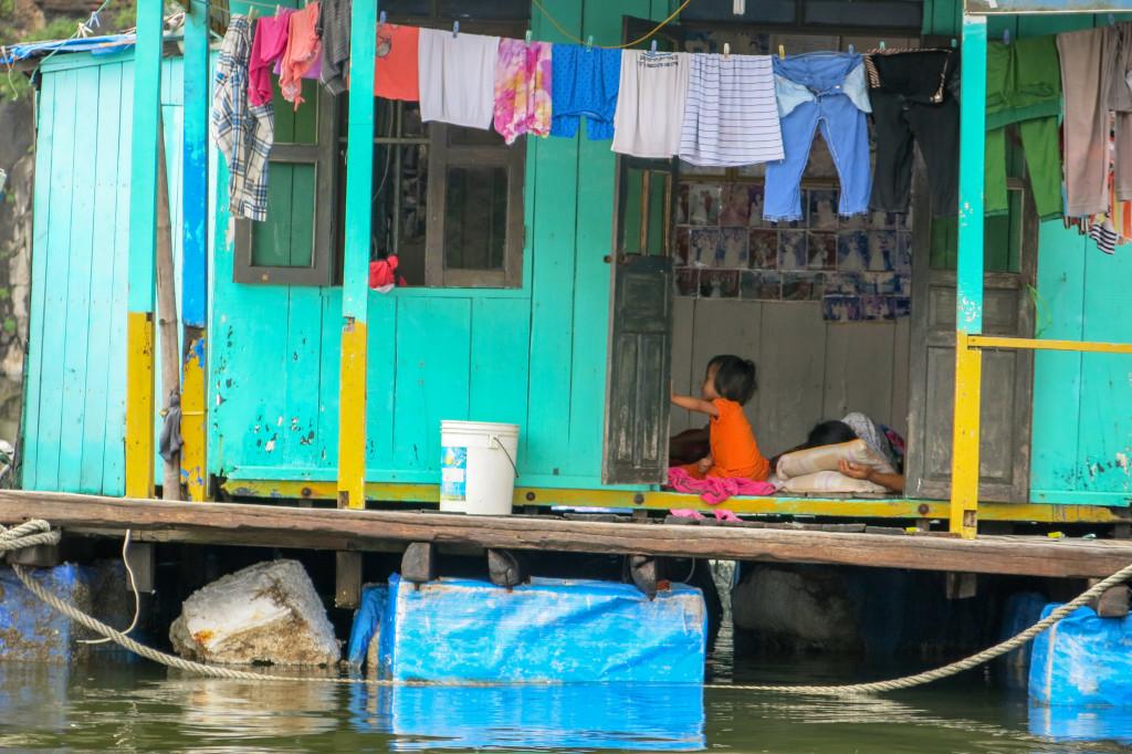 Enfant sur une maison flottante