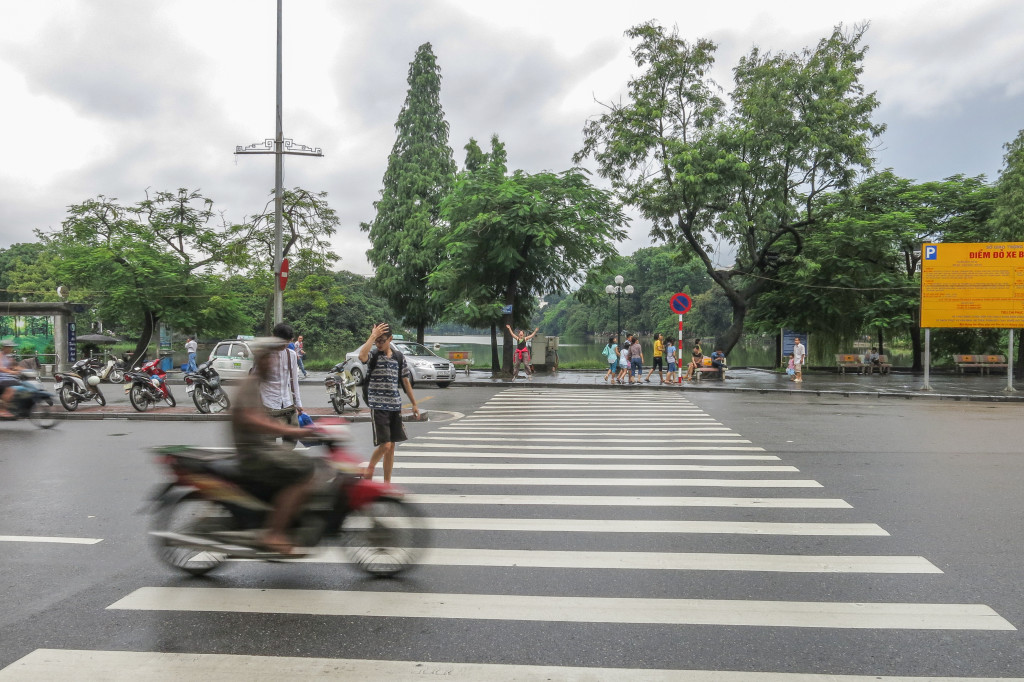 Intersection - Traverser la rue à Hanoi, Vietnam