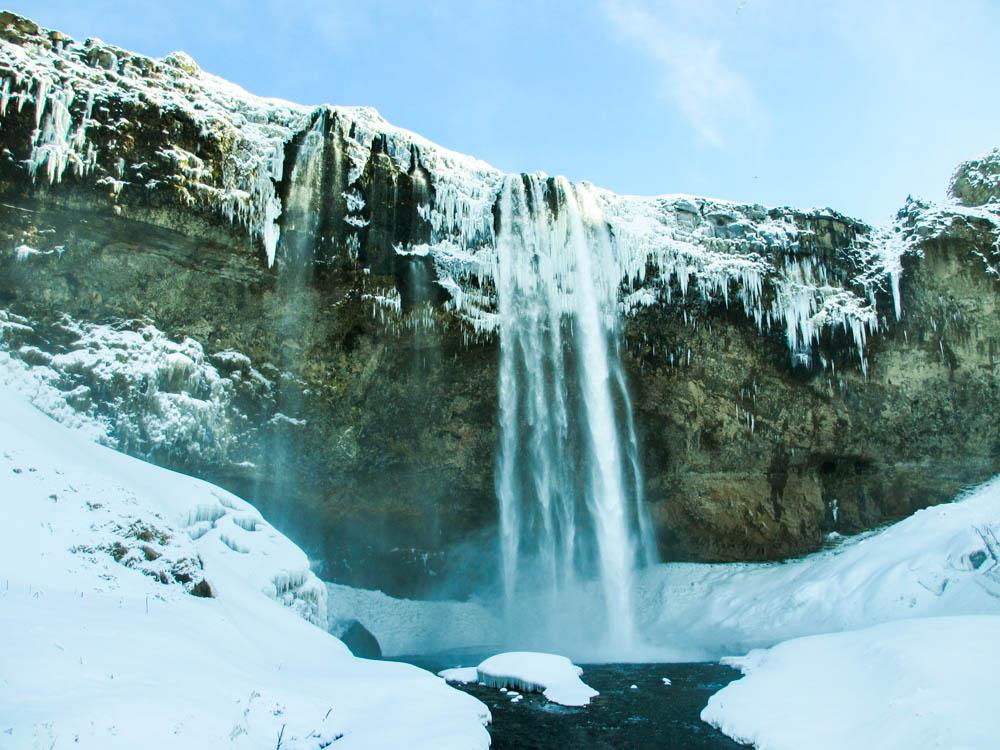 Nicolas en Islande devant le Seljalandfoss
